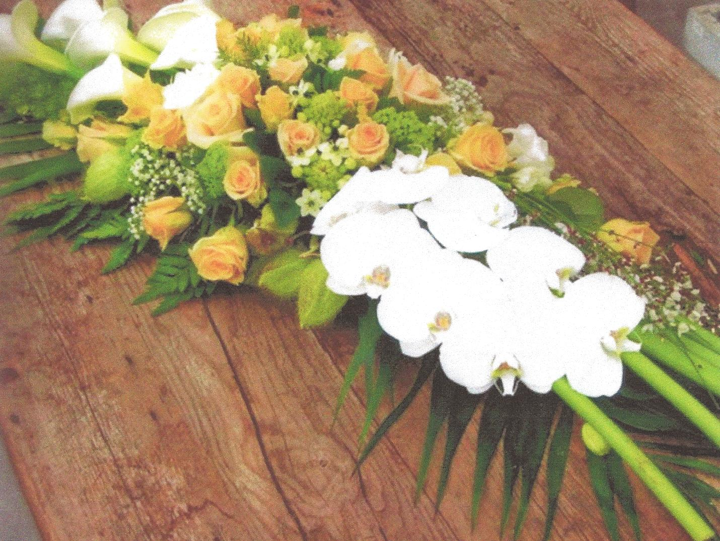 NR 19 bloemstuk arondskelken rozen en seizoensvulling 120 euro