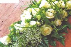 NR 5 bloemstuk met gipskruid rozen flexigras en seizoensvulling 85 euro