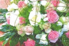 NR 4 bloemstuk rond gemengde kleuren rozen flexigras 85 euro