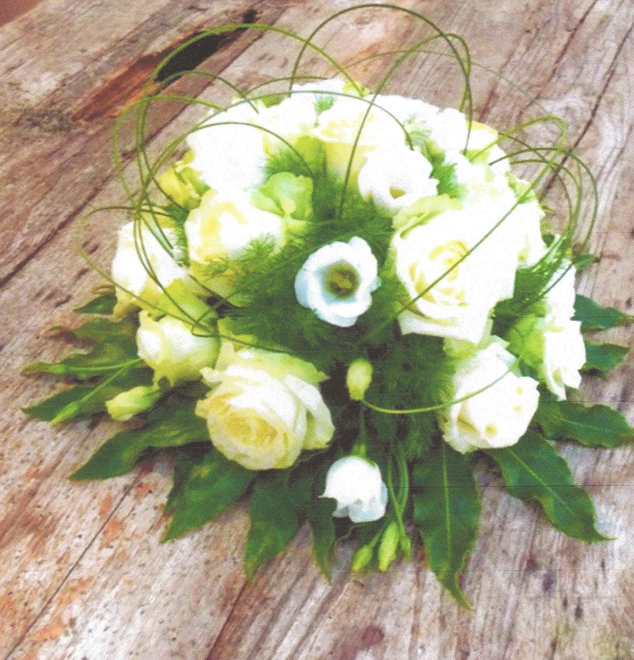 NR 01 Bloemstuk hedendaags rond rozen en flexigras 60 euro