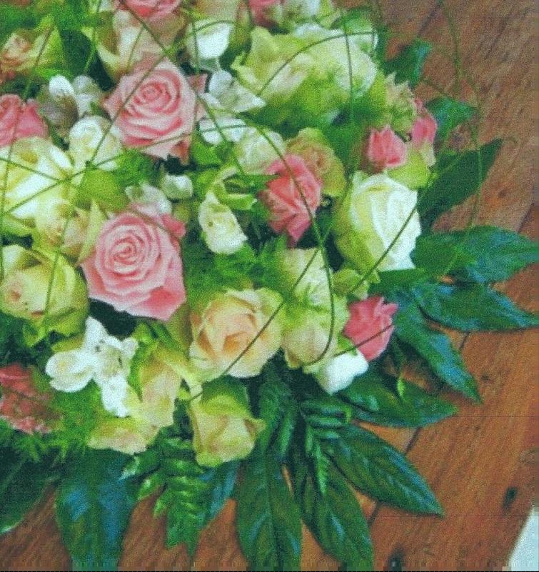 NR 10 Bloemstuk rond met kraag araliablad en roze rozen en flexigras 90 euro